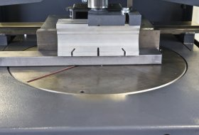 Rotary table for mitre cuts
